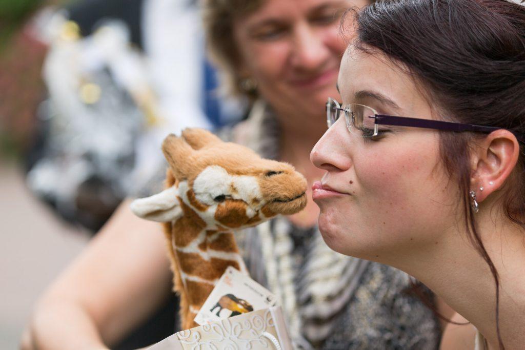 hochzeit-schloss-friedrichsfelde-kuesse-die-giraffe